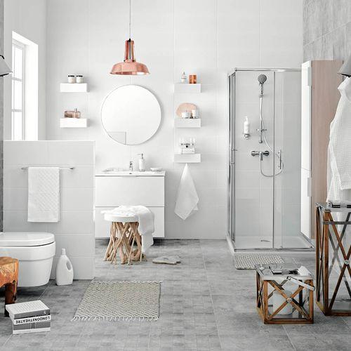Łazienka w jasnej i ciemnej kolorystyce