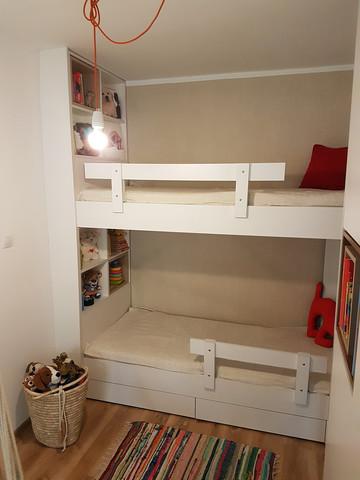 Piętrowe łóżko z oświetleniem w zagłówkach oraz półkami...