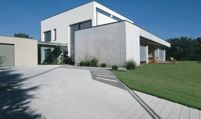 Surowa architektura budynku uhonorowana nowoczesnym...